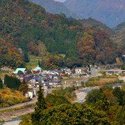 晩秋の小谷村伊折地区から姫川を望む