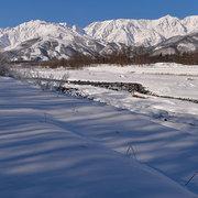 松川から冬の白馬三山・八方尾根を望む