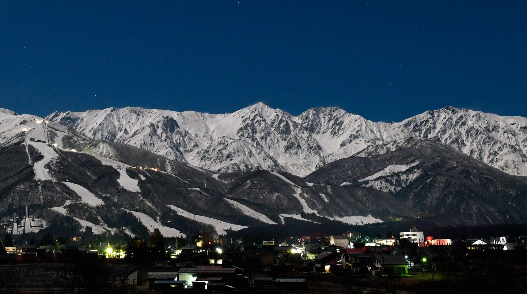 スライド135 月夜の白馬村 白馬三山とスキー場